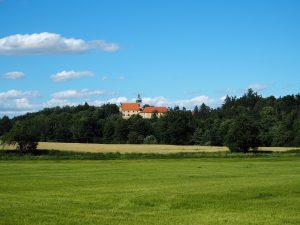 bývalý klášter z dálky