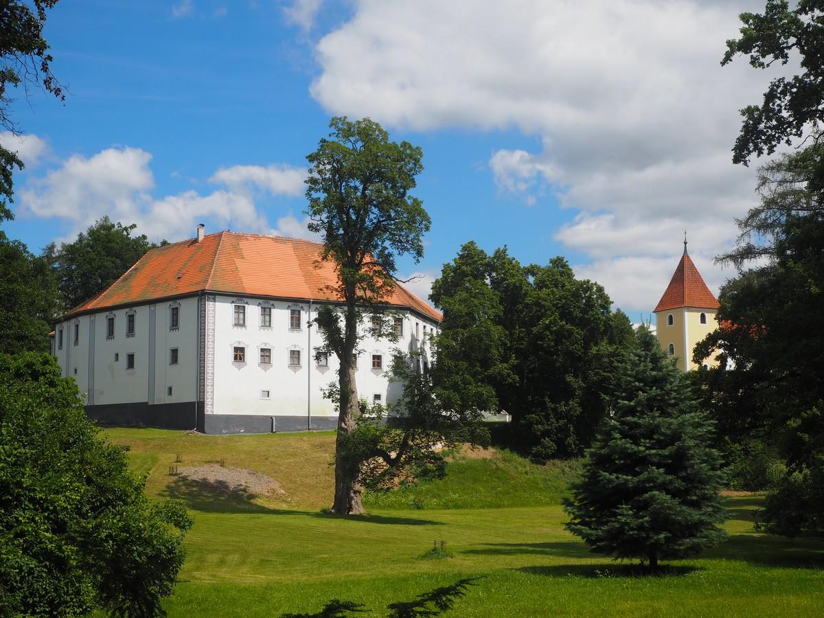 škola (zámek) a kostel v Chanovicích