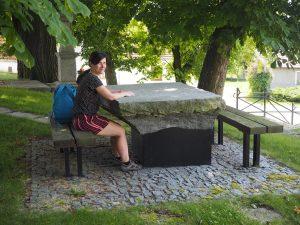 ne příliš pohodlný stůl